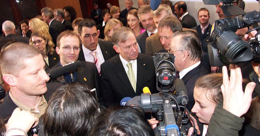 Bundespräsident Horst Köhler nahm sich nicht nur für die Medien Zeit, sondern sprach auch lange mit den Preisträgern. Copyright: Thorsten Griebenow
