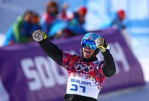 Snowboarder Patrick Bussler jubelt über das Erreichen des Halbfinales. (Foto picture alliance)