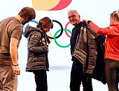 Aufnahme ins Team D: Snowboarder Konstantin Schad und Biathletin Maren Hammerschmidt überreichen Bundespräsident Frank-Walter Steinmeier und seiner Frau Elke Büdenbender offizielle Teamkleidung (Foto: Picture Alliance)