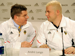 Thomas Bach hier mit Bobpilot André Lange (l.) lobt die deutschen Athleten. Copyright: picture-alliance