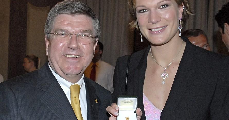 Maria Riesch zeigt stolz den exklusiven Pin, den ihr Thomas Bach überreicht hat. Foto: Eleana Hegerich