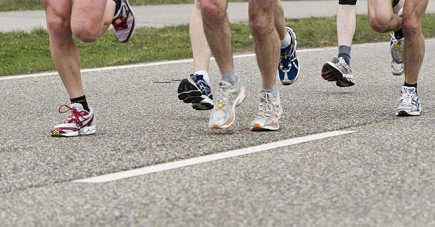Füße leisten im Sport Schwerstarbeit. Deshalb ist es gut zu wissen, wie man sie gesund hält. Foto: picture-alliance