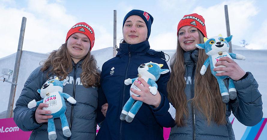 Josefa Schellmoser, Anastasiia Tsyganova und Sissi Schrödl (v.l.) waren die schnellsten mit dem Skeleton im Eiskanal. Foto: Olympic Information Services