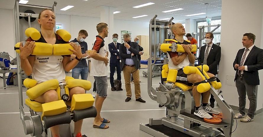 Die Kanuslalom-Weltmeister Andrea Herzog und Franz Anton testen die Krafttrainingsmaschinen im neuen Biomechanikzentrum des IAT. Foto: IAT/Uta Büttner