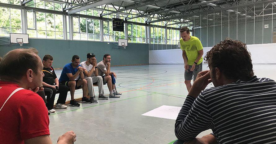 Thomas Kram beim Erläutern einer praktischen Einheit