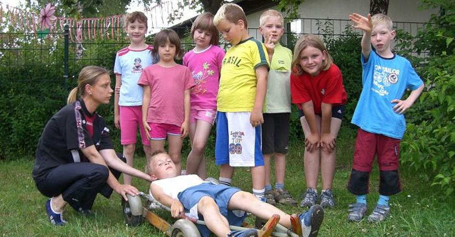 Die Kinder des SV Elektrogeräte Suhl 48 trainieren auch im Sommer mit dem Rodel. Bild: SV Elektrogeräte Suhl 48