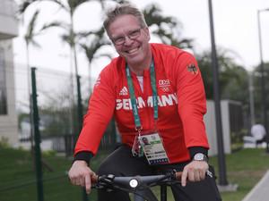 Dirk Schimmelpfennig unterwegs im Olympischen Dorf in Rio de Janeiro. Foto: picture-alliance
