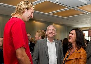Trotz Verlängerung muss Michael Vesper noch zu Basketball-Star Dirk Nowitzki aufschauen (re. im Bild Katarina Witt). Foto: Hilse