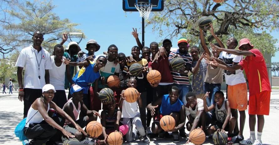Basketballbegeisterte Jugendliche von Eenhana/Namibia freuen sich über Bälle und einen neuen Basketballkorb; Foto: DOSB/Albin