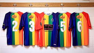 Mit Fussballtrikots eine Zeichen gegen Homophobie setzen. Foto: picture-alliance