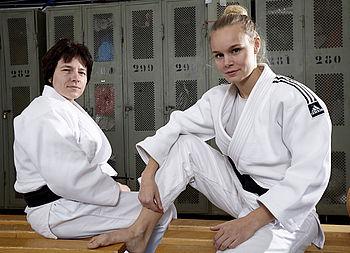 Sehende und blinde Judoka sitzen in der Umkleide