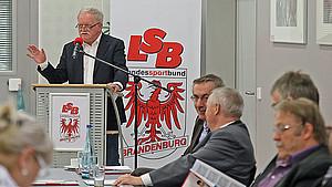 LSB-Präsident Wolfgang Neubert bei der Mitgliederversammlung in Lindow zu den 85 Delegierten. Foto: LSB Brandenburg