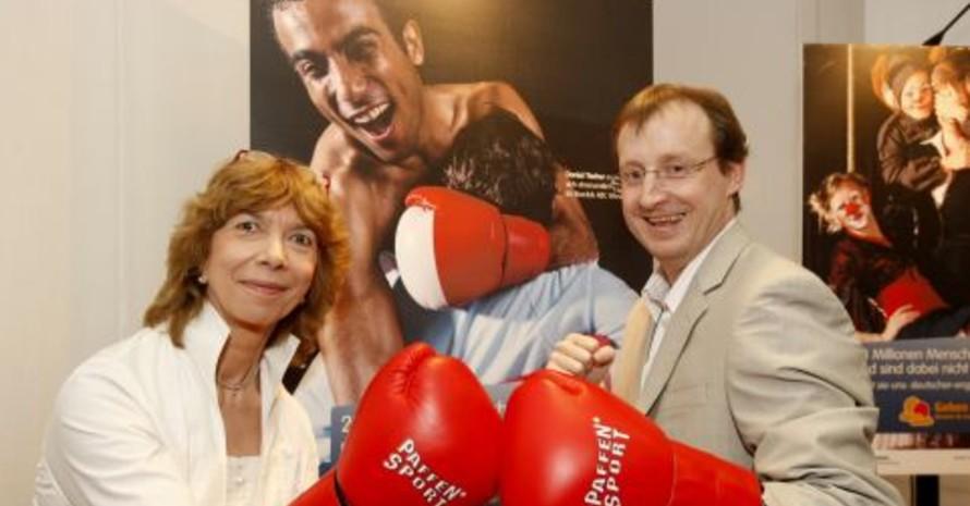 """DOSB-Vizepräsidention Gudrun Doll-Tepper im """"Clinch"""" mit Boxtrainer Daniel Tischer, Fotos: www.geben-gibt.de"""