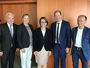 Vereinbarten die weitere Förderung der Projekte für Geflüchtete (v.l.): Walter Schneeloch, Dr. Karin Fehres (DOSB), Anette Widmann-Mauz, Jan Holze, Peter Lautenbach (dsj). Foto: dsj