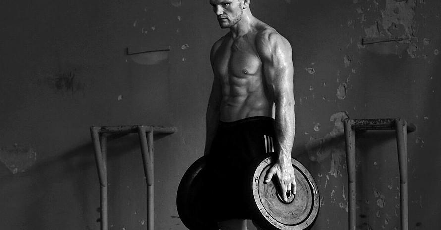 Der Athlet: Judoka Dimitri Peters (DIMA) trainiert an der Hantel. Foto: Micha Neugebauer