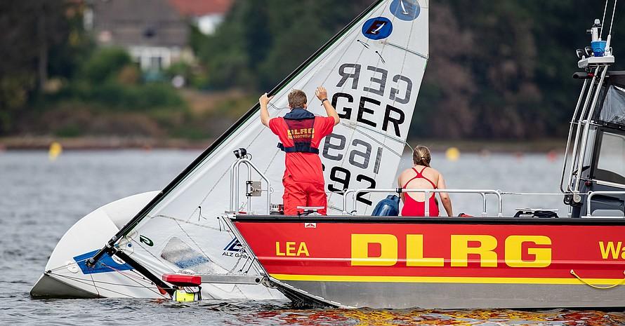 Ein Team der DLRG richtet bei einer Übung ein gekentertes Segelboot auf. Foto: picture-alliance