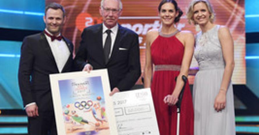 DOSB-Vizepräsident Ole Bischof, und Jürgen Wagner mit den Volleyballerinnen Kira Walkenhorst und Laura Ludwig (v.l.). Foto: picture-alliance