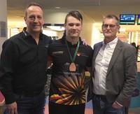 Foto: TSV Chemie Premnitz.  Peter Lorenz (links) mit Schützling Paul Purps (Mitte) und dessen Schulleiter Michael Hohmann nach dem Gewinn der Bronzemedaille bei der Jugend-WM Bronze in Paris.