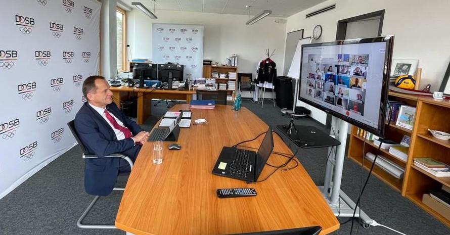 DOSB-Präsident Alfons Hörmann verfolgt den 13. Integrationsgipfel mit der Bundeskanzlerin wie alle anderen Teilnehmenden am Monitor. Foto: DOSB
