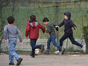 Die Kinder der Flüchtlingsunterkunft freuen sich über die Sportangebote. Foto: DOSB/Witters
