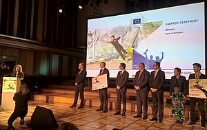 Sadia Biladama (li.) bedankt sich für die Auszeichnung. Foto: Sportjugend Hessen