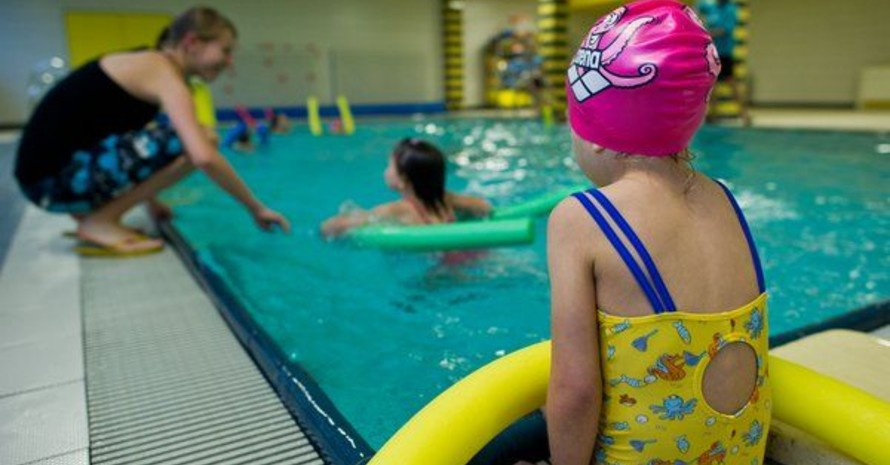 In Deutschland können immer weniger Kinder nach der Grundschulzeit schwimmen. Foto: picture-alliance