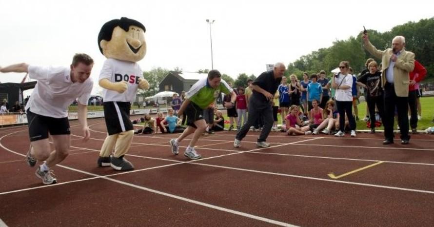 Walter Schneeloch gibt das Startzeichen für einen Sprint, in dem sich u.a. Frank Busemann (li.) und das DOSB-Maskottchen Trimmy messen wollten. Foto: LSBNRW