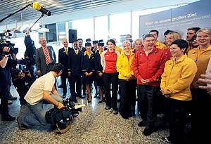 Ein Teil des deutschen Olympia-Teams mit DOSB-Präsident Bach (rote Jacke) kurz vor dem Abflug nach Vancouver am Gate B20 im Frankfurter Flughafen. Copyright: picture-alliance