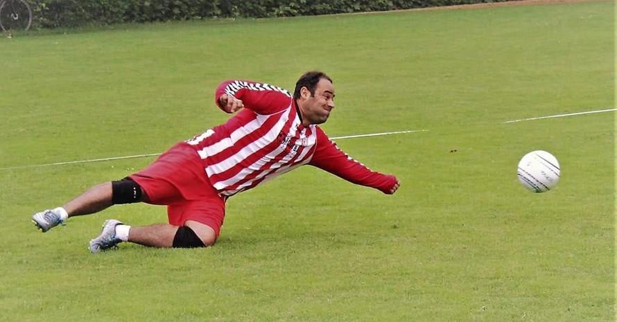 Im Faustball-Spiel hat Mansur Asadi seinen Sport gefunden. Foto: ETV