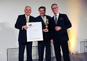 Preisträger Fitz Schramma umrahmt von Walter Schneeloch (li) und Jürgen Brockerhoff-Porten. Foto: Bowinkelmann