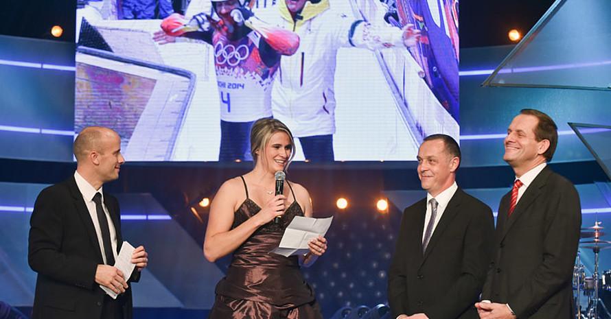 Gold-Rodlerin Natalie Geisenberg hielt die Laudatio auf ihren Trainer. Foto: Kai-Uwe Waerner, picture-alliance, DOSB