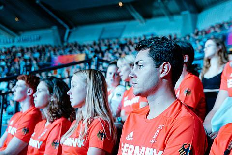 Gespannt verfolgt Constantin Schnurr mit anderen Eliteschüler/-innen die Turn-WM.                   Bild: dpa picture-alliance/Jan Haas
