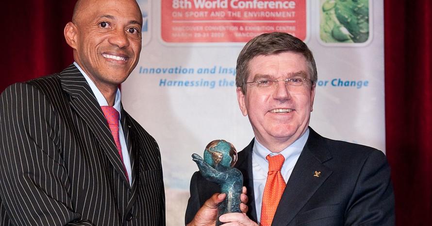 Der Vorsitzende der IOC-Athletenkommission, Frank Fredericks (li.), überreicht den IOC-Award Sport und Umwelt an DOSB-Präsident Thomas Bach