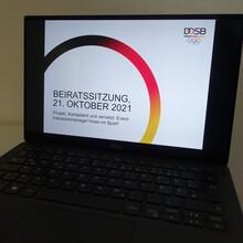 """Ein Laptop, auf dem eine Folie """"Beiratssitzung 21. Oktober 2021"""" und der Projekttitel """"Kompetent und vernetzt: Event-Inklusionsmanager*innen im Sport"""" zu sehen ist."""