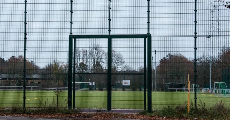 Ein geschlossener Fußballplatz in Berlin-Friedrichshagen; Foto: picture-alliance