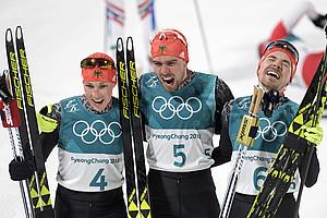 Historischer Dreifachsieg: Eric Frenzel, Johannes Rydzek und Fabian Riessle genießen den gemeinsamen Erfolg (Foto: Picture Alliance)
