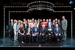 Die Teilnehmenden der Talkrunden beim Parlamentarischen Abend des Sports stellen sich gemeinsam mit den Programmleiter*innen aus den Verbänden dem Fotografen. Foto: Zöhre Kurc