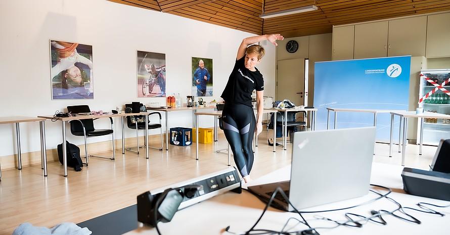 Dr. Eva Selic, Vizepräsident Breitensport im Landessportbund Nordrhein-Westfalen, bereitet ein Heimtrainings-Video vor. Foto: LSBNRW