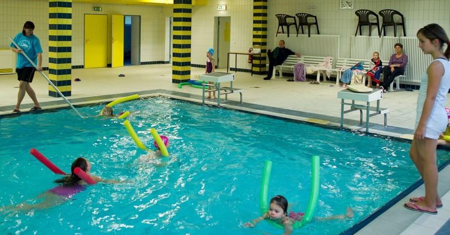 Übungsleiter der Vereine bringen Grundschülern das Schwimmen bei. Foto: picture-alliance