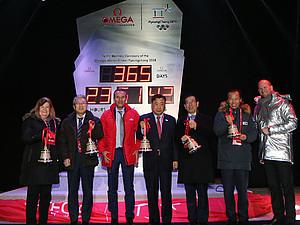 Der Chef des Organisationskomitees Lee Hee-beom (m.) startet den Countdown für die Spiele in Pyeonchang 2018. Foto: picture-alliance
