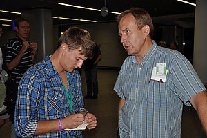 Tomas Tonise (r.) im Gespräch mit dsj-Workcamp-Teilnehmer Maximilian Haupt.