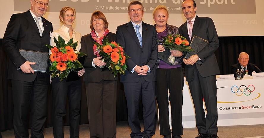 Die Geehrten im Gruppenbild mit dem DOSB-Präsidenten (v.li.): Skowronek, Rohdewald, Ratzeburg, Bach, Aff, Gienger. Foto: picture-alliance/Frank May