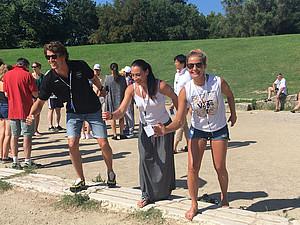 Silvia Mittermüller (re.) testet im antiken Olympia die alten Wettkampfstätten. Foto: Mittermüller