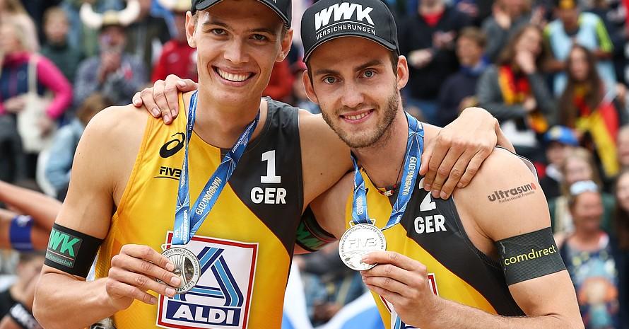 Julius Thole (li.) und Clemens Wickler durften sich bei ihrem WM-Debüt über Silber freuen. Foto: picture-alliance