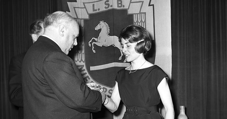 Erika Fisch bei einer Sportlerehrung 1963 in Hannover. Foto: picture-alliance