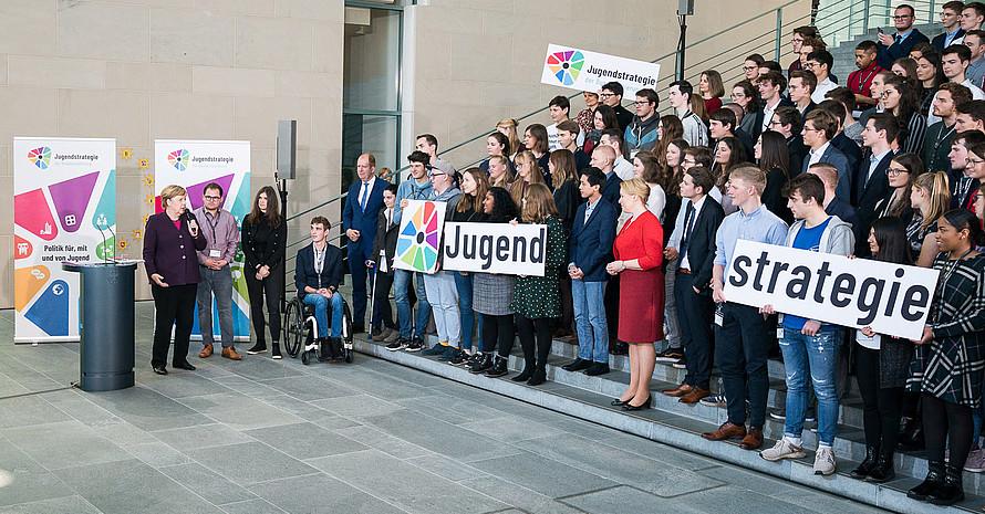 Bundeskanzlerin Angela Merkel (l.)  bei der Vorstellung der Jugendstrategie. Foto: BMFSFJ