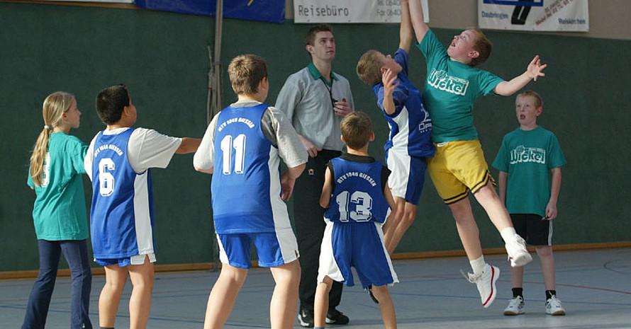 Beim Basketball und Fußball ereignen sich die meisten Unfälle im Schulsport. Copyright: picture-alliance/dpa