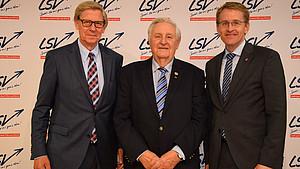 LSV-Präsident Hans-Jakob Tiessen, LSV-Ehrenmitglied Heinz Jacobsen und Ministerpräsident Daniel Günther beim Verbandstag 2019. Foto: LSV/Stefan Arlt
