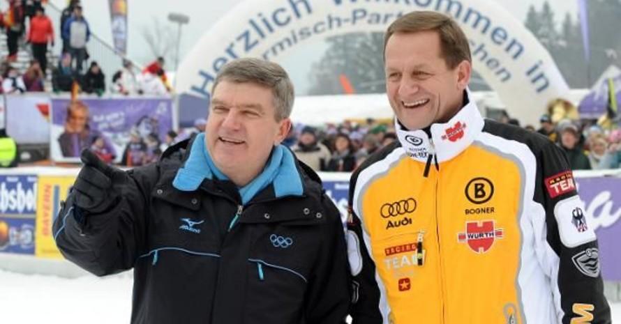 DOSB-Präsident Thomas Bach (li.), und der Präsident des Deutschen Ski-Verbandes (DSV), Alfons Hörmann, im Zielbereich der Kandahar-Abfahrt in Garmisch-Partenkirchen. Foto: picture-alliance