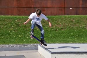 Skater haben beim Üben ihrer Tricks ein relativ hohes Verletzungsrisiko. Foto: picture-alliance